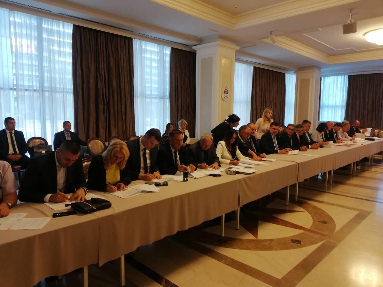 Начелница  потписала споразум о изградње спортско-рекреативног центра ''Луке''